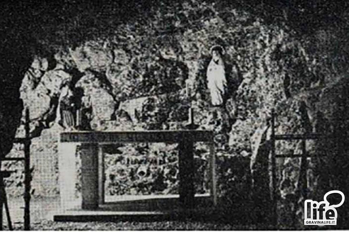 Riproduzione della grotta di Lourdes allinterno della chiesa di S Felice diventata la tomba di mons Sanna