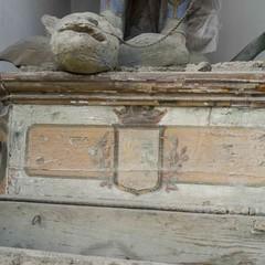 Basamento in legno su cui poggia la statua con inciso lo stemma della cittO di Gravina