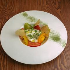 Burrata Pugliese con Pomodori colorati Heirloom e polvere di spinaci
