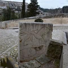 Massi in pietra sulla Gravina