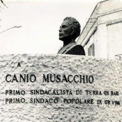 Monumento con la prima versione del testo epigrafico Foto
