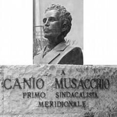 Monumento con nuova incisione epigrafica Foto