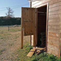 devastazione steccato e porta casetta