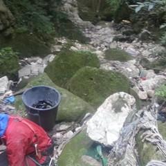speleologi volontari puliscono la gravina