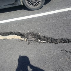 Pericolo strada dissestata al km 59 della strada statale 96