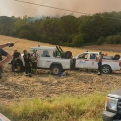 uomini in azione per incendio bosco