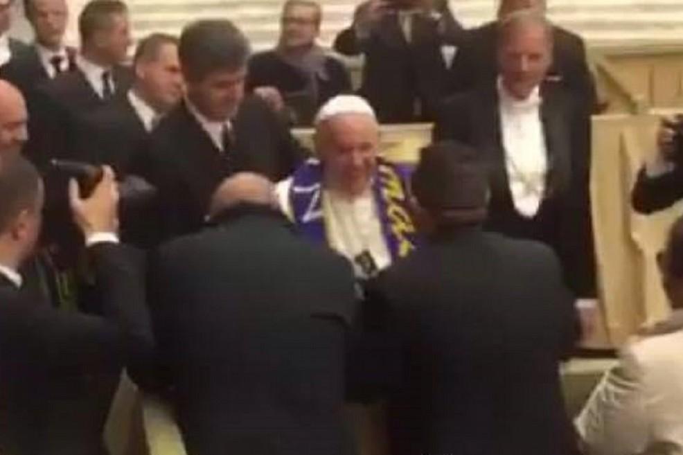 Papa Francesco indossa la sciarpa della FBC Gravina