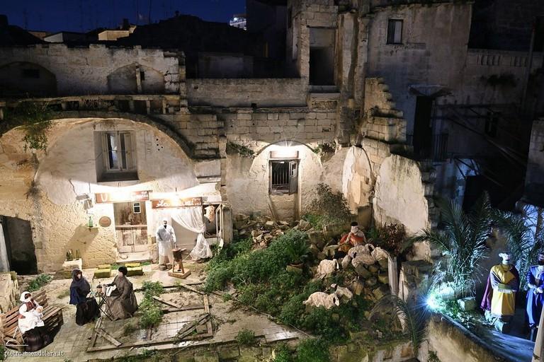 Gravina: La Natività nella casa crollata fa rivivere le botteghe
