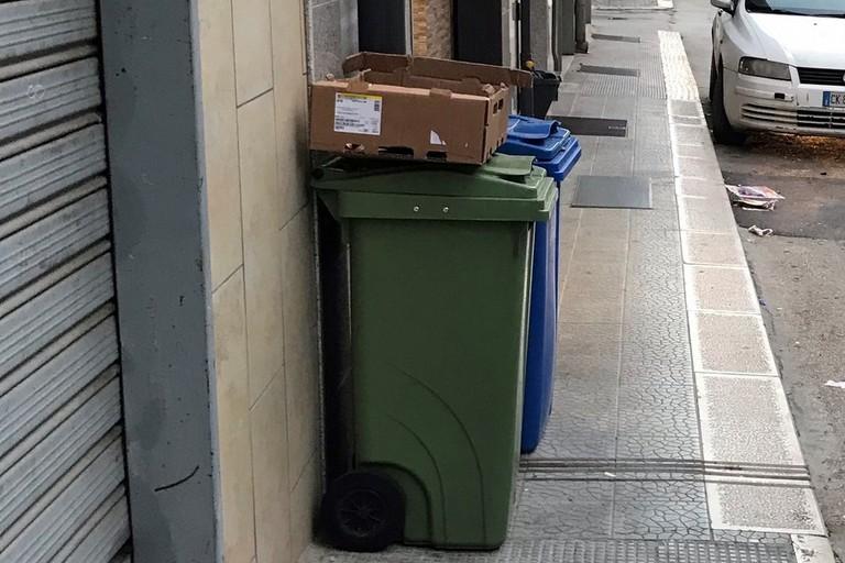 contenitori rifiuti su marciapiedi