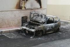 Un'auto in fiamme nella notte