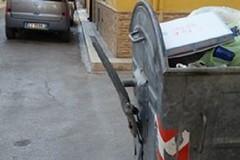 Cassonetto dei rifiuti pericoloso in via IV Novembre