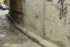 Trattore trancia di netto tubi del gas nel centro storico