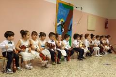 """14 pargoli della Scuola d'infanzia """"G. Rodari"""" alle prese con il violino"""