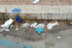 Guanti e mascherine abbandonati per strada