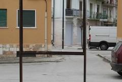 Cartelloni pericolanti a due passi da una scuola