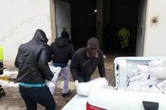 Protezione civile e immigrati fianco a fianco per gestire l'emergenza