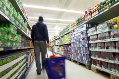 Rapina in un supermercato, uomo incappucciato punta pistola contro cassiere e clienti