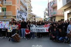 Studenti in piazza per l'edilizia scolastica e contro i tagli all'istruzione