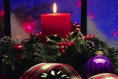 Luci sui balconi e campane a festa alla mezzanotte del Natale