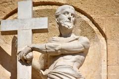 Il Cristo portacroce sulla facciata sud della Basilica Cattedrale