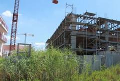Nel quartiere Epitaffio un rudere abbandonato ed una gru arrugginita possono rappresentare un pericolo per i cittadini