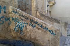 Scritte indelebili sul volto della Chiesa di Santa Cecilia