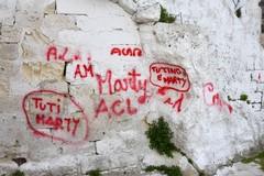 L'amore di Tutino e Marty cantato sui muri di Santa Lucia