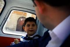 Valente a spasso per le vie di Gravina con il piccolo Kevin