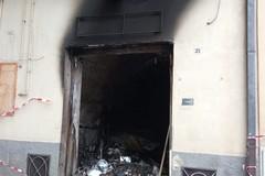 Fumo e paura, incendio in un deposito