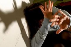 Costretta quattro volte a subire la violenza sessuale di un gruppo di ragazzi