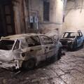 Auto in fiamme nel centro storico