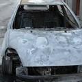 Brucia un auto, le fiamme lambiscono una abitazione