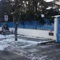 Ghiaccio su strade e marciapiedi, si lavora davanti alle scuole