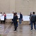 Protestano davanti alla chiesa contro il parroco