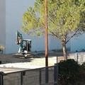 Un escavatore a lavoro nel quartiere Villa Margherita