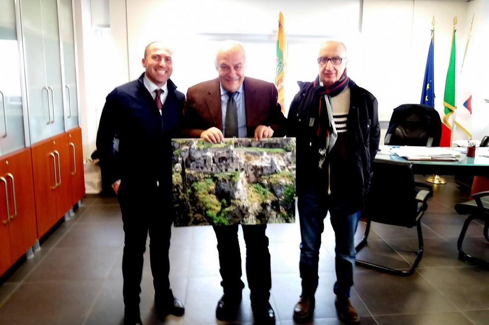 Carlo Centonze dona uno scatto d'amore all'assessore regionale Gianni Giannini
