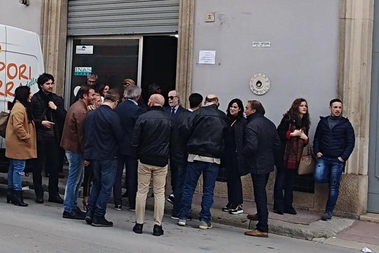 persone in attesa per il casting davanti all'ex sede Cisl
