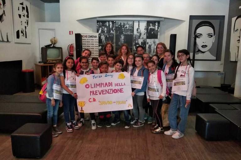 Domenico Lobifaro festeggia con i compagni di classe la vittoria allo