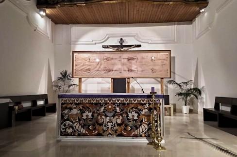 Una copia della sacra Sindone in esposizione