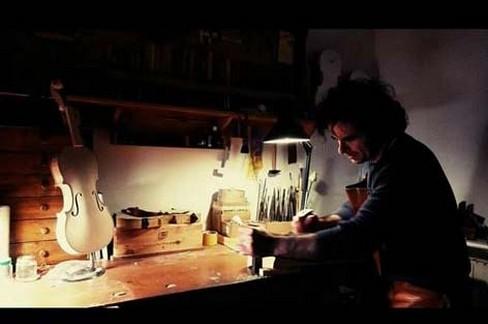 Fabrizio Lombardi, un liutaio gravinese che mantiene viva questa nobile arte