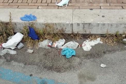 guanti e mascherine per strada