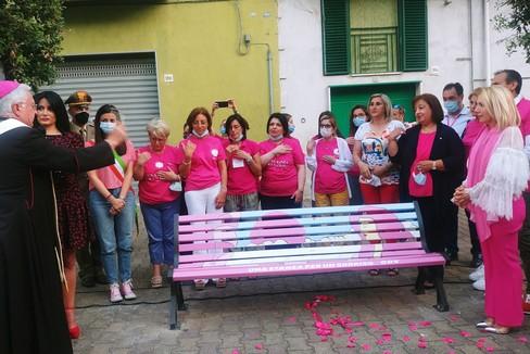 Panchina rosa della prevenzione e della solidarietà