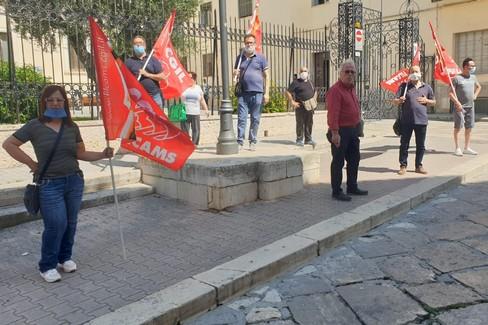 """""""Più ore di lavoro"""", la protesta degli addetti alle pulizie"""