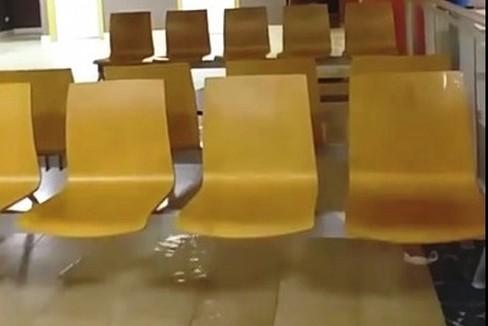 Ospedale della Murgia, sedie bagnate dall'acqua