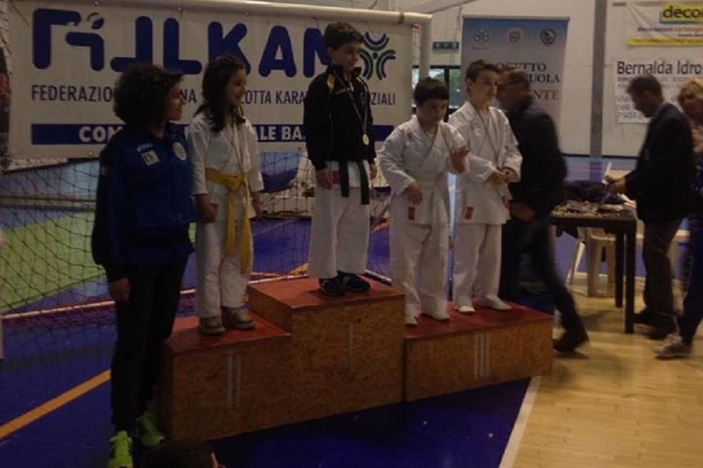 Podio per i piccoli atleti dell'ASD Karate Gravina