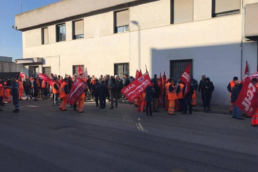 Stop alla raccolta rifiuti, lavoratori senza stipendio e senza certezze
