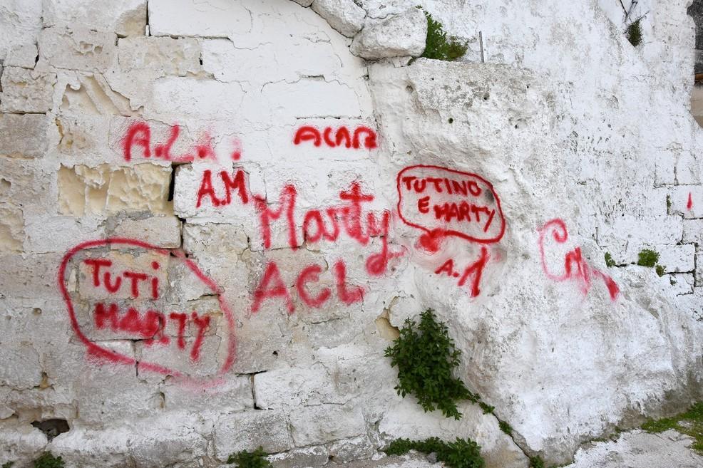 Scritte d'amor sulle mura della Chiesa Santa Lucia