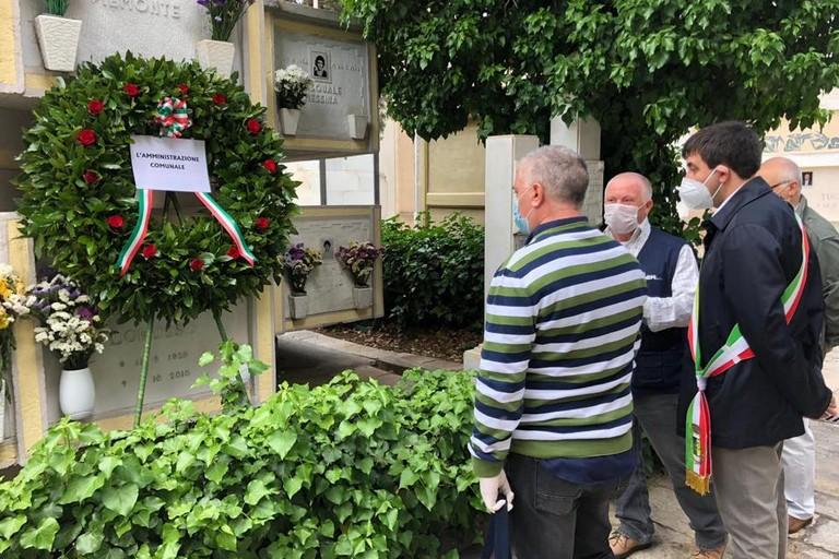 Valente depone corona di fiori in ricordo dei gravinesi morti nell'incidente stradale del 1976
