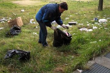 volontari puliscono aree verdi